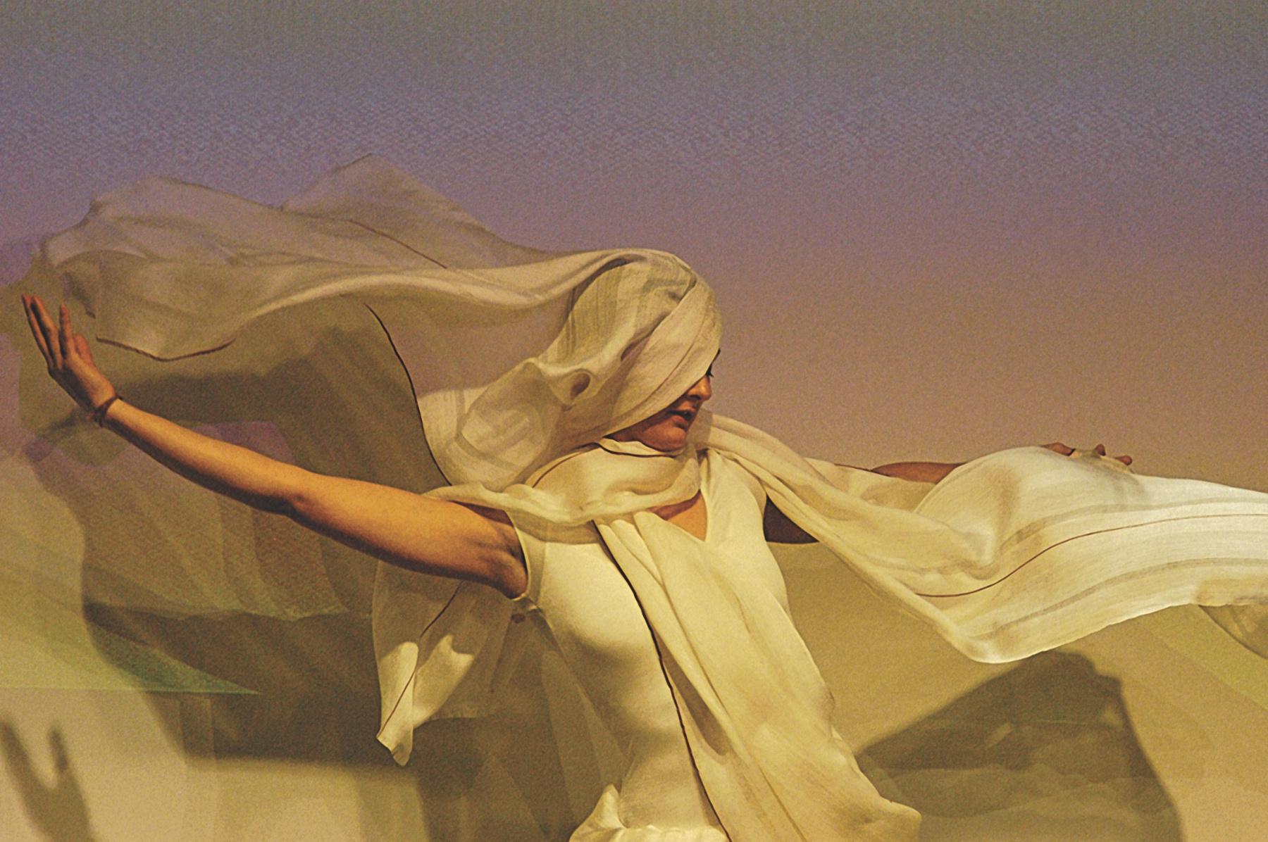 Rezia-Wahid-Image2-wovenair-dancing-Photo-credit-Elisabeth-Scheder-Bieschin_200